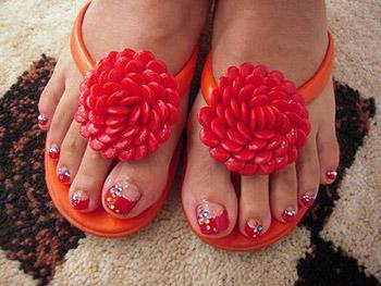 足の指に明るいビビットカラー