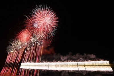 白浜の海上の夜空を彩る幅1kmにも及ぶ巨大なナイアガラ