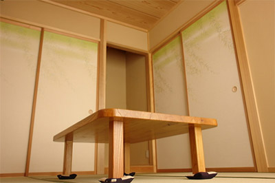 正式には床の間に大きなものを飾り他の各部屋に小さなものを飾るのが作法です。