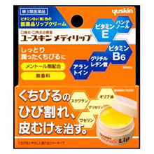 普段からリップクリームを塗って保湿するよう、心がけてみてください。