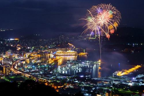世界に誇る夜景と一緒に見られる花火大会