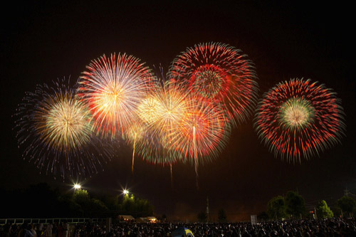 PL花火大会は約40分という短時間で1万発を打ち上げる。