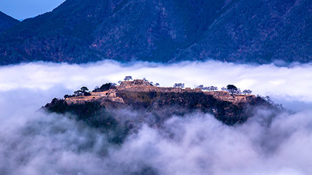雲海をまとった竹田城跡